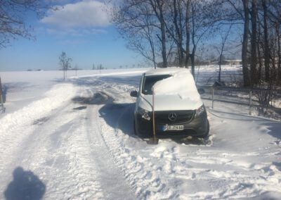 Auto eingeschneit in der Hundepension Hundephysio Wilsdruff